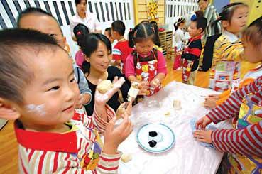 幼儿园娃娃自己动手做月饼(图)