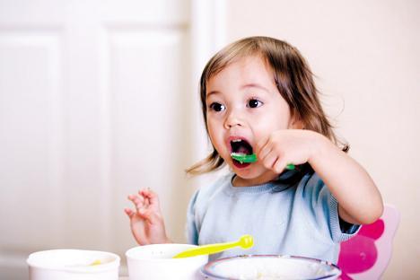 追着宝宝喂饭最易呛食