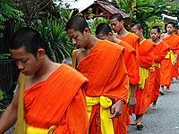 琅勃拉邦的橙衣阵列