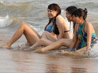 长假威海沙滩比基尼美眉