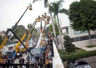 香港媒体架云梯拍摄行政长官候选人唐英年家