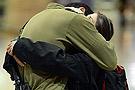 以色列大兵拥吻恋人庆幸停火