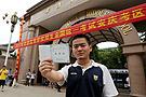 安徽:考生在考场前留影纪念