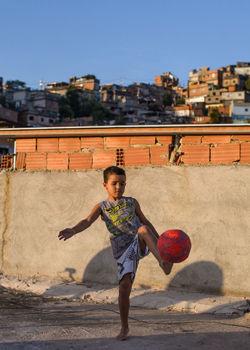 巴西:足球改变苦孩子命运