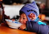 孩子端碗喝着当地的山泉
