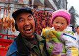 春节前抱着孩子的痛快笑容