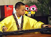小学生代表现场演奏古琴