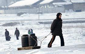 冬日鸭绿江边朝鲜市民打水
