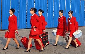 朝鲜空姐款款走来