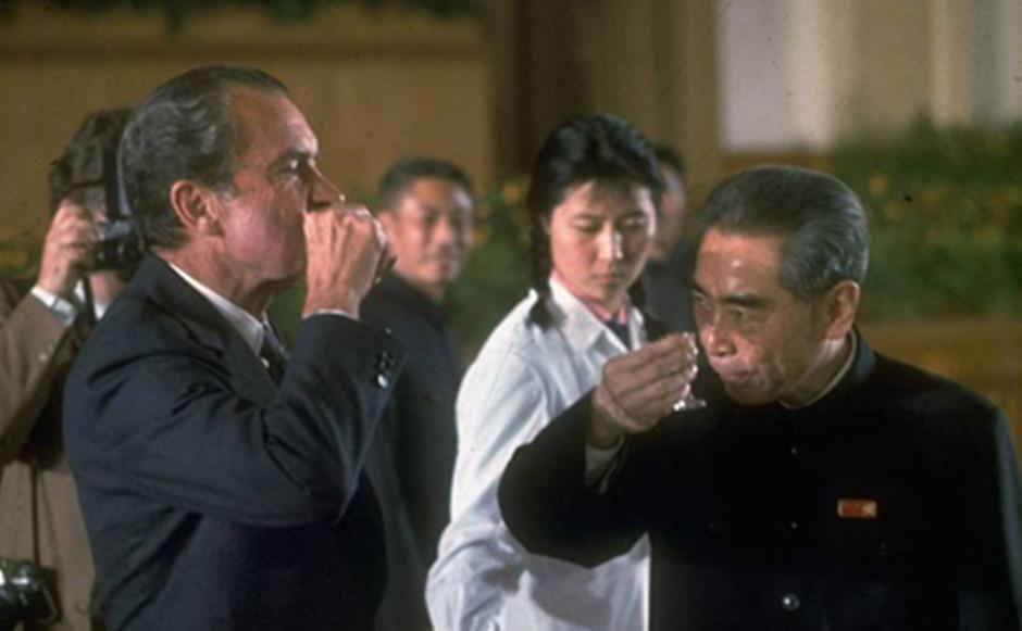 尼克松与周总理举杯致敬