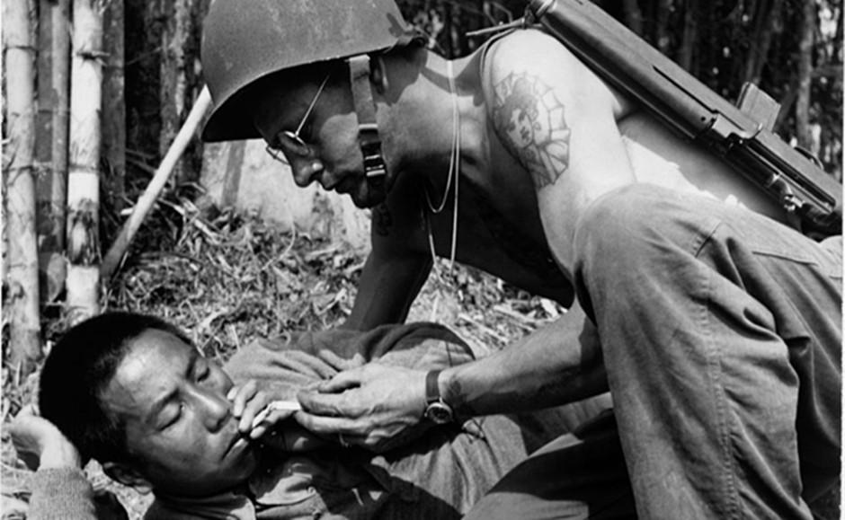 中美战士闲暇时光一起抽烟