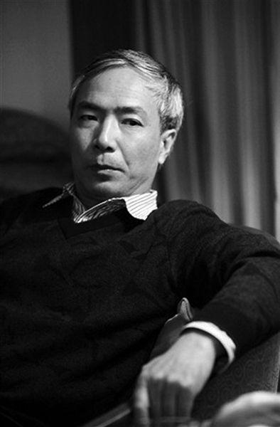 """格菲 本名刘勇,生于1964年,江苏丹徒人。1981年考入上海华东师范大学中文系,毕业后留校任教。2000年获文学博士学位,并于同年调入清华大学中文系。现为清华大学中文系教授。他的中篇小说《褐色鸟群》曾被视为当代中国最玄奥的一篇小说,是人们谈论""""先锋文学""""时必提的作品。其新作《雪隐鹭鸶》日前由译林出版社出版。"""