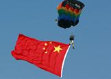 八一跳伞队队员携国旗表演
