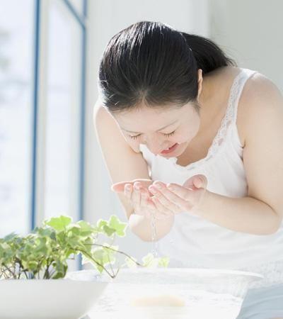 女人抗衰老:洗脸沐浴有学问图