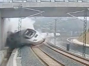 实拍西班牙火车脱轨翻倒惊险瞬间