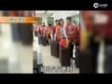 内地公务团过境香港身挂红绶带:香港 我不购物