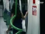丧尸!巴西地铁上演真人版行尸走肉恶搞乘客