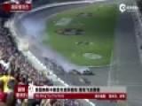 实拍美国9辆赛车连环相撞 赛车撞护栏解体