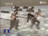 实拍新疆军区士兵雪地赤膊抱原木做仰卧起坐