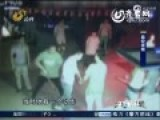 监拍美女拒给电话 酒吧内遭两男打倒猛踢