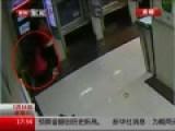 监拍长腿女子高抬腿 三连踹踢爆ATM机屏幕