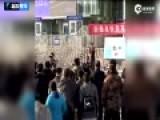 现场-新疆铁路特警快闪热舞 提醒乘客注意安全