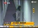 监控:三男闯宾馆抢劫嫖客 得手后大笑出门