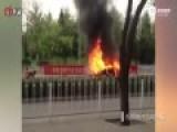 现场-赤膊男劫持女童与警对峙 纵火烧车致爆炸