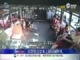 监拍大学生公交车被女子拍肩 身体异样高烧不退