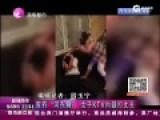 实拍女子KTV内脱鞋暴打丈夫1分多钟 膝盖撞头