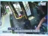 老太太中途下公交被拒暴打司机 司机被打哭