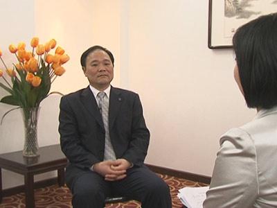 全国政协委员、吉利集团董事长李书福做客《两会静距离》,与主持人权静对话。
