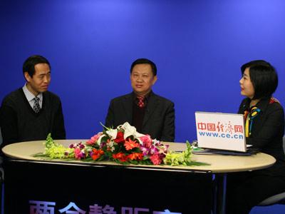 汽车行业评论员张志勇,中国汽车流通协会有形市场分会会长苏晖做客《两会静距离》。上图左起张志勇、苏晖、主持人权静。