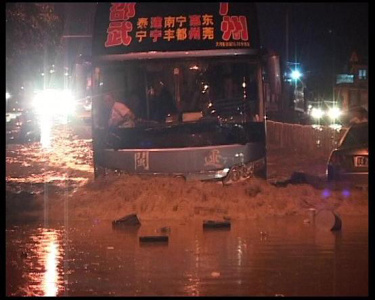 经济半小时:大水突袭华南损失4.27亿元