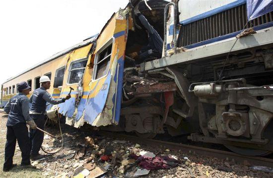 图文:印尼两火车相撞多人伤亡