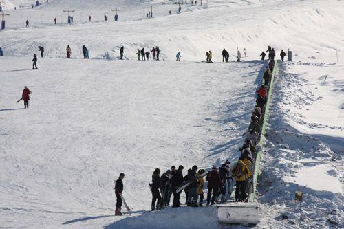 将军山滑雪场游人如织。