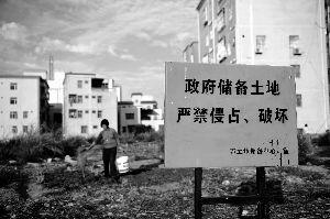 位于深圳龙岗区葵涌街道葵兴西路接近尽头的建设用地,这里仍是一片荒芜,当地居民在荒地上种起了蔬菜。新华社发