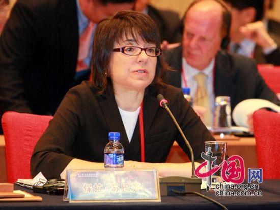 """由中国国际经济交流中心主办的""""第二届全球智库峰会""""于2011年6月25-26日在北京召开,主题为""""全球经济治理:共同责任""""。图为英国皇家国际事务研究所国际经济部主任保拉・苏巴齐演讲。 图片来源:中国网"""