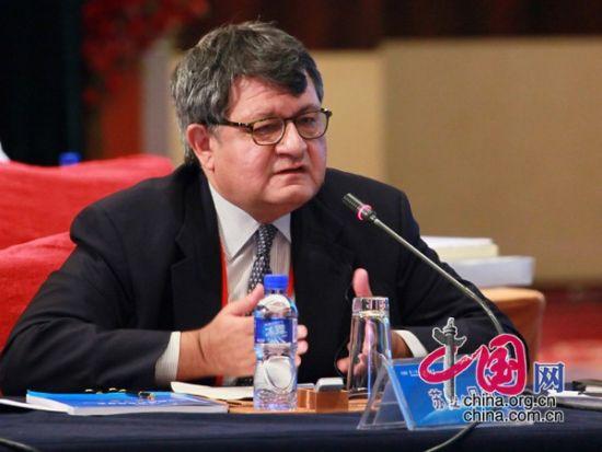 """由中国国际经济交流中心主办的""""第二届全球智库峰会""""于2011年6月25-26日在北京召开,主题为""""全球经济治理:共同责任""""。图为印度国际发展中心经济顾问苏曼・贝利先生发言。 图片来源:中国网"""