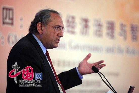 """由中国国际经济交流中心主办的""""第二届全球智库峰会""""于2011年6月25-26日在北京召开,主题为""""全球经济治理:共同责任""""。图为墨西哥学院经济系教授罗梅罗发表演讲。 图片来源:中国网"""