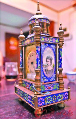 这座咸丰年间广州制造的镶珐琅人物楼式座钟,是胡志刚收藏的第一个古董钟。正面是钟盘,侧面是一幅西方古典美女画像,整个钟体是铜胎鎏金,四周由景泰蓝加珐琅彩作装饰。