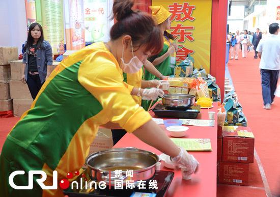 东北亚博览会场馆内现场制作食品(蒋习 摄影)