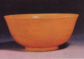 黄釉划花双龙纹碗