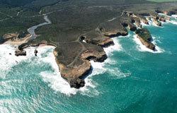 """想知道大自然的力量有多强大,可以坐直升机去看""""十二门徒石""""。十二门徒石位于大洋路,原是石灰岩悬崖一部分,最初被命名为""""母猪与小猪"""",1922年改为""""门徒石"""",原先有9座岩石,现在只剩下8座。"""