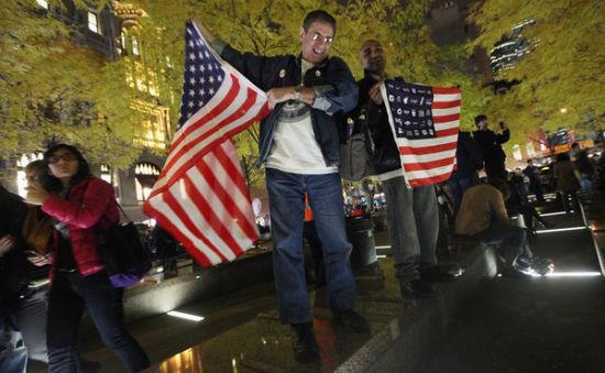 佔領華爾街運動抗議者在政府清理祖科蒂公園後再次進入。(圖片來源:紐約時報)
