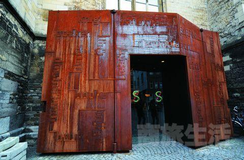 2.书店的大门被巧妙地设计成一本大书,既不影响原来的建筑风格,又增加了现代意味。
