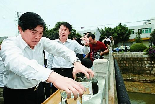2010年7月1日 云南省省委常委、昆明市市委书记仇和带领市委四套班子到昆明第四污水厂视察