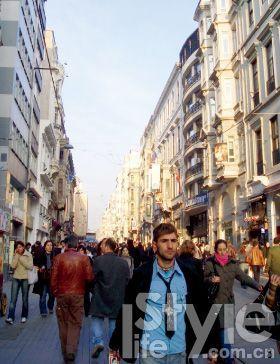 步行街上人流穿梭如织,你很容易迷失了自己。