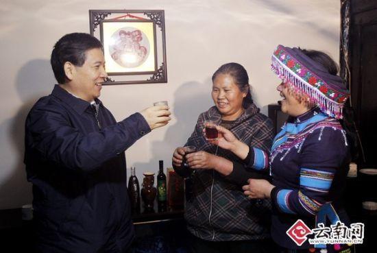 秦光荣书记与茶代酒向主人表谢意送祝福。[云南日报记者 杨峥 摄]