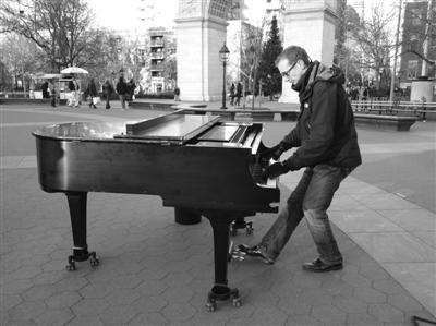 """""""疯狂钢琴青年""""哈吉斯。"""